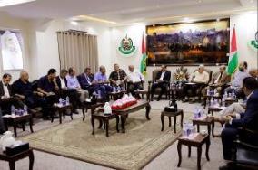 La reunión de Yahya al-Sinwar con empresarios palestinos en la Franja de Gaza (sitio web del Movimiento Hamás, 30 de agosto de 2017). Encabezó la delegación Ali al-Hayek, presidente de la Asociación de Empresarios Palestinos en la Franja de Gaza.