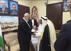 Isma'il Haniyeh da la bienvenida a las personas que vienen a saludarlo con motivo de la fiesta del sacrificio en su casa sita en el campamento de refugiados Al-Shati de Gaza.