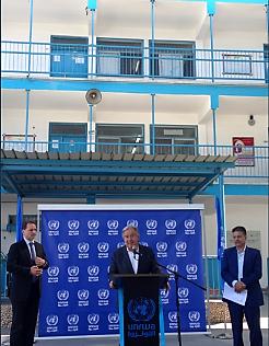 El secretario general de las Naciones Unidas Antonio Guterres en una conferencia de prensa que concedió en la escuela de la UNRWA en el norte de la Franja de Gaza (cuenta Twitter de un portavoz de las Naciones Unidas, 30 de agosto de 2017).
