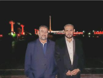 la foto que publicó Hassam Badran, un alto funcionario de Hamás en su cuenta Twitter donde se le ve junto con otra figura importante de Hamás, Saleh al-Arouri, sobre el fondo de las luces de Moscú (cuenta Twitter de Hassam Badran, 21 de septiembre de 2017).