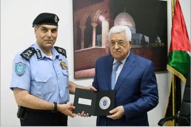 el comandante de la Policía Palestina Hazem Atallah otorga un regalo simbólico a Abu Mazen con motivo de la adhesión de la Autoridad Palestina a la Interpol (Wafa, 27 de septiembre de 2017).