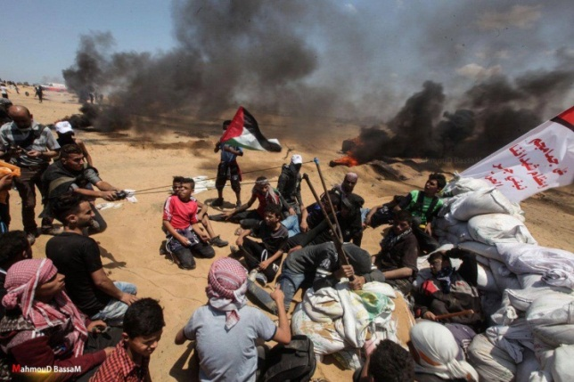 Demonstrators in east Rafah hurling stones at IDF forces with a large slingshot (QUDSN Facebook page, May 14, 2018)