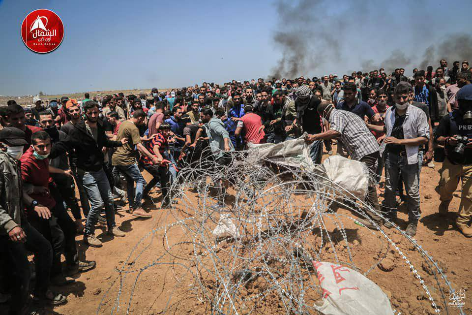 Palestinian rioters cutting the barbed wire in clashes in east Jabalia (Facebook page of Beit Hanoun News, May 14, 2018).