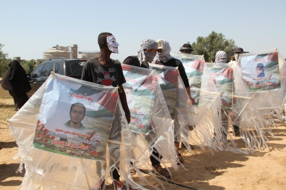"""Kites with pictures of shaheeds. Right: Razan al-Najar (Facebook page of the """"supreme authority of the great return march,"""" June 8, 2018)."""